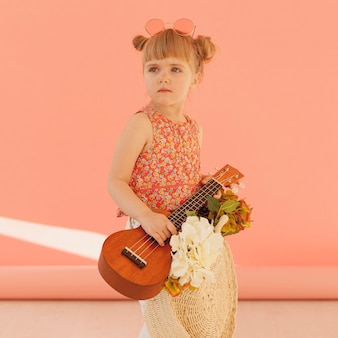 Bambino carino in posa con la chitarra