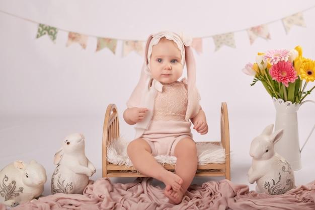 Bambino carino nella composizione di pasqua