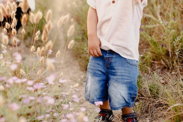 Bambino che cammina liberamente nel campo, concetto di gioco libero in natura.