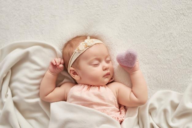 Bambino che dorme 3 mesi su una luce