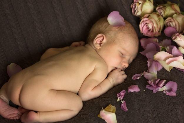 Bambino che dorme con fiori