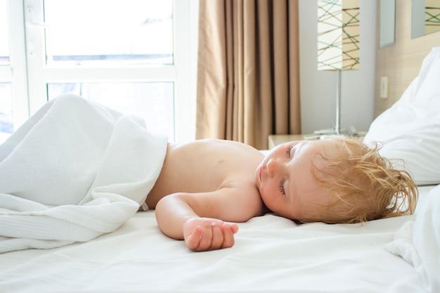 Bambino che dorme nel letto. il concetto di dormire bene e bene il bambino