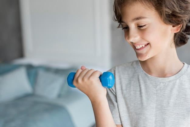 Bambino che fa sport a casa