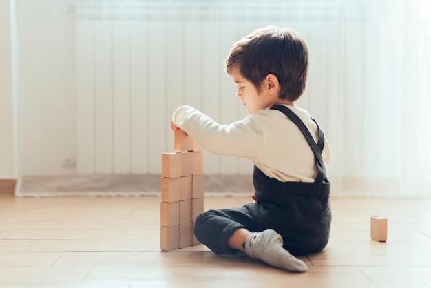 Bambino che gioca a casa