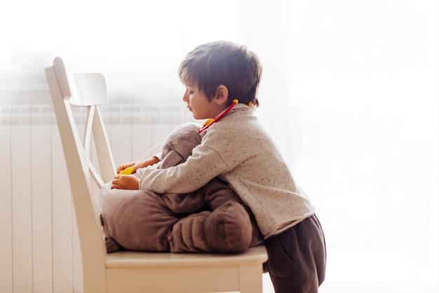 Bambino che gioca al dottore