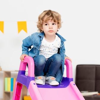Bambino che gioca alla diapositiva