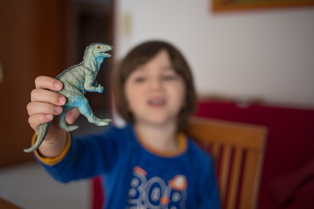Bambino che gioca con i dinosauri