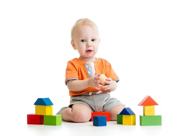 Bambino che gioca con i giocattoli di blocco