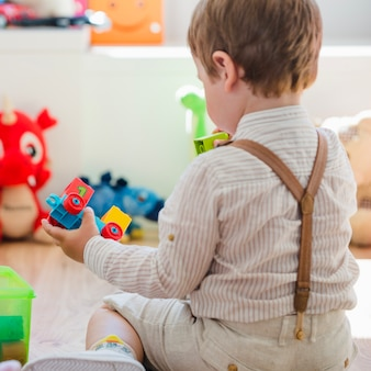 Bambino che gioca con il giocattolo di costruzione