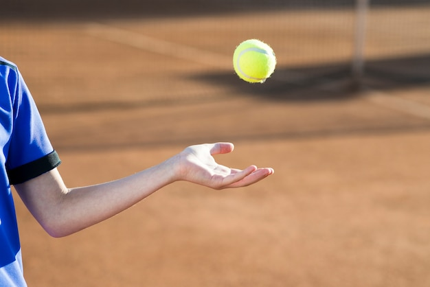 Bambino che gioca con la pallina da tennis