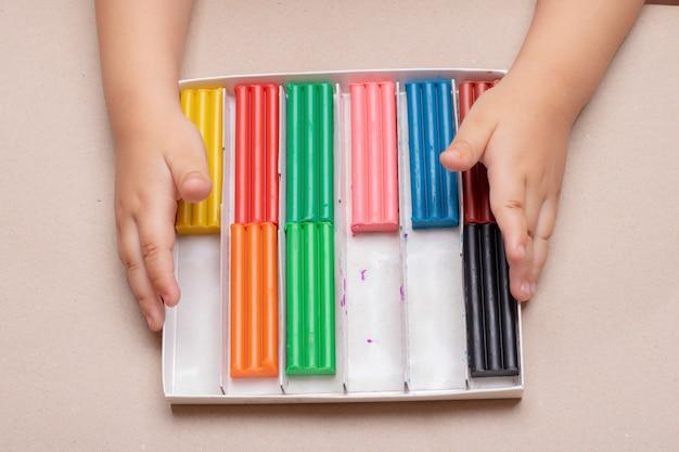 Bambino che gioca con la plastilina colorata