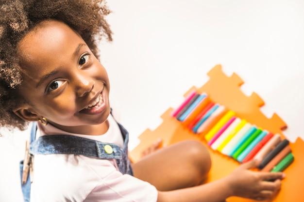 Bambino che gioca con la plastilina in studio