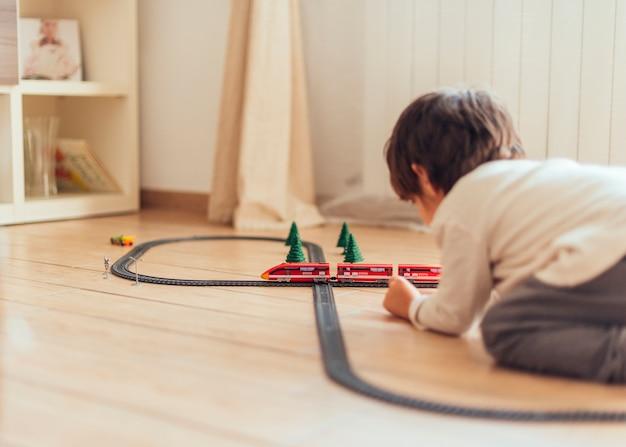Bambino che gioca con trenino