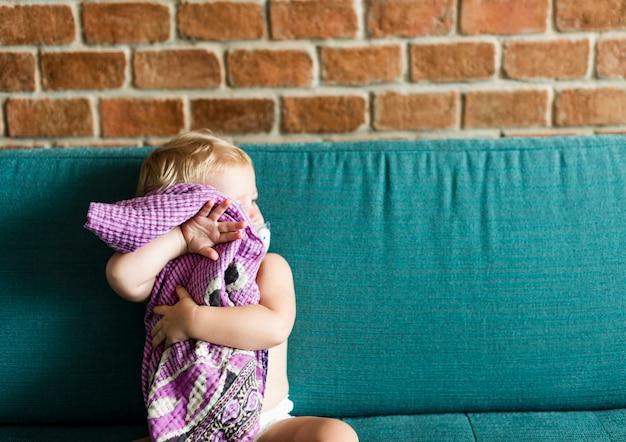 Bambino che gioca con una coperta