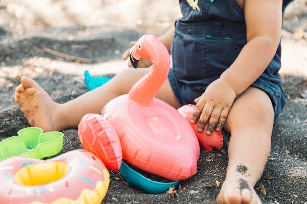 Bambino che gioca nella sandbox