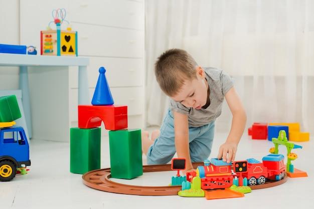 Bambino che gioca sul pavimento in una locomotiva