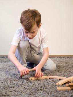 Bambino che gioca sul pavimento