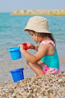 Bambino che gioca sulla spiaggia