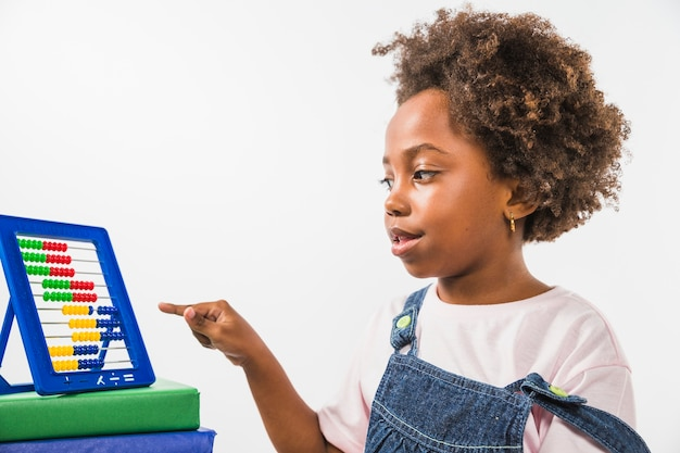 Bambino che indica l'abaco in studio