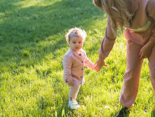 Bambino che indossa abiti rosa vista alta