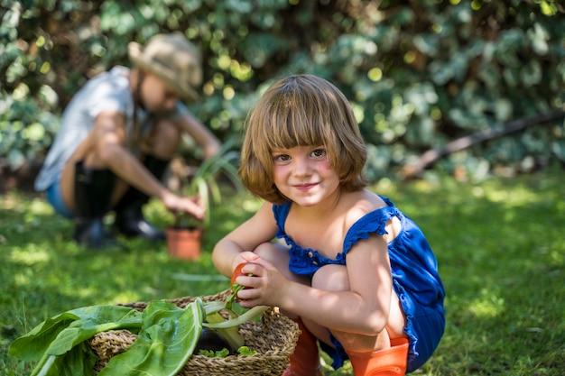 Bambino che mangia frutta nel cortile