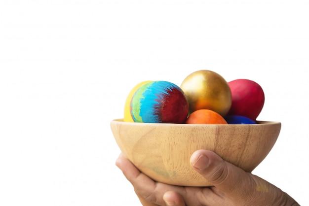 Bambino che mostra felicemente le uova di pasqua variopinte - concetto di celebrazione di festa di pasqua