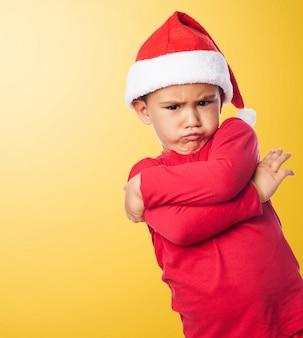 Bambino che mostra la sua infelicità