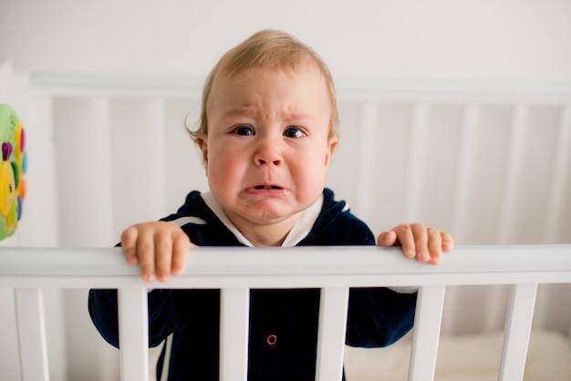 Bambino che piange nella culla