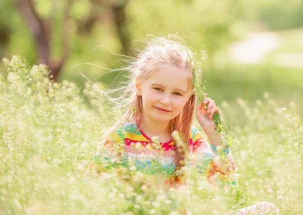 Bambino che riposa sul campo verde