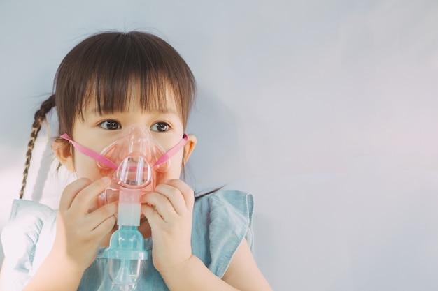 Bambino che si è ammalato per un'infezione toracica dopo un raffreddore o l'influenza.