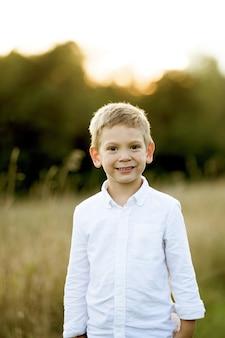 Bambino che sorride al campo