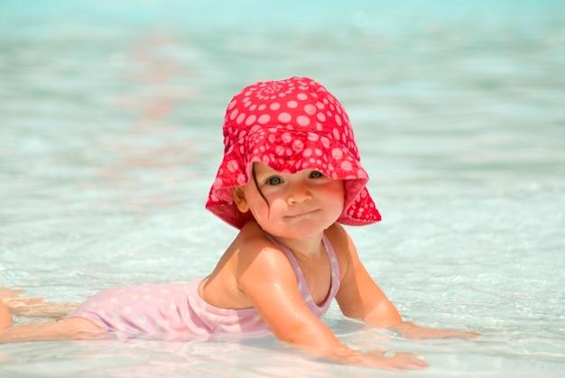 Bambino che sorride nella piscina, ritratto