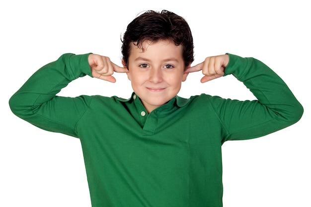 Bambino che tiene le mani contro le orecchie su uno sfondo bianco