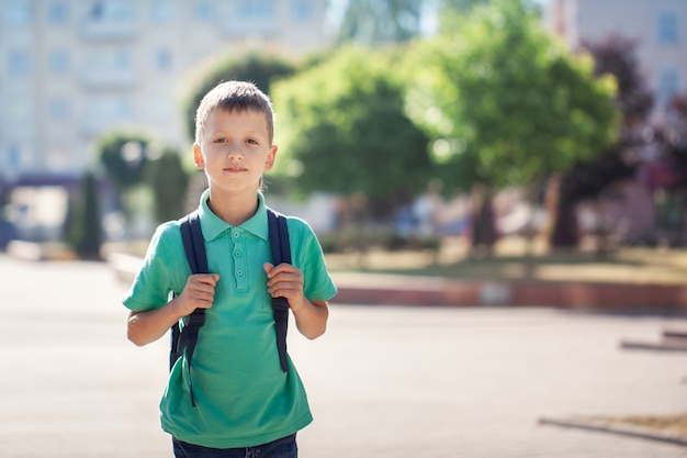 Bambino con borsa di scuola. kid all'aperto.