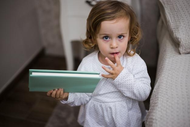 Bambino con il libro
