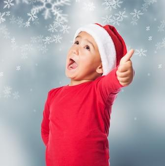 Bambino con la bocca aperta in background neve