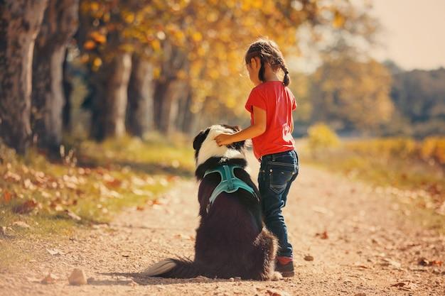 Bambino con un cane