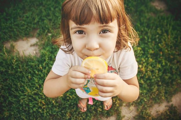 Bambino con un limone messa a fuoco selettiva cibo e bevande.