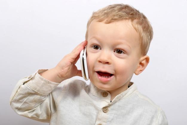 Bambino con un telefono cellulare