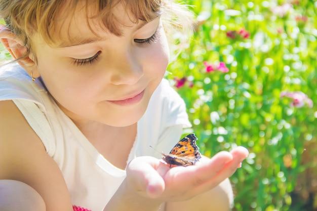 Bambino con una farfalla. idea leuconoe messa a fuoco selettiva