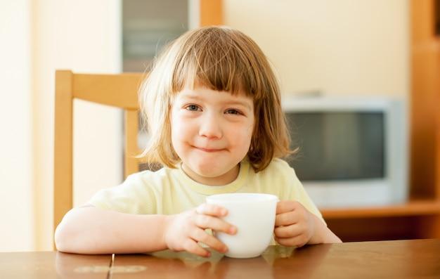 Bambino da 2 anni che beve dalla tazza