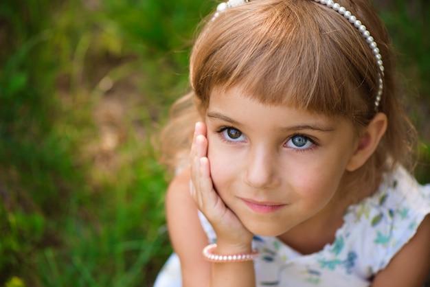 Bambino della ragazza di llittle all'aperto nel giorno di estate.