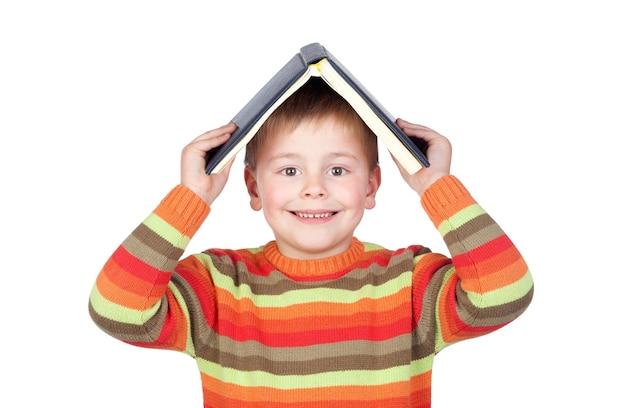Bambino dello studente con libri sulla testa isolato su sfondo bianco