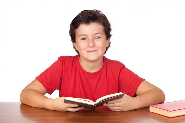 Bambino dello studente nella lettura della scuola isolata sopra fondo bianco