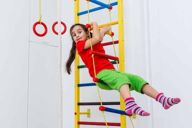 Bambino di 7 anni che gioca su attrezzature sportive