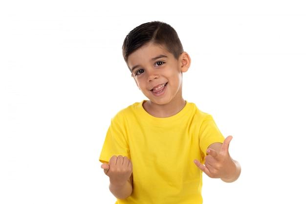 Bambino eccitato con maglietta gialla
