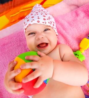 Bambino espressivo con palla