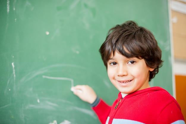 Bambino felice a scuola