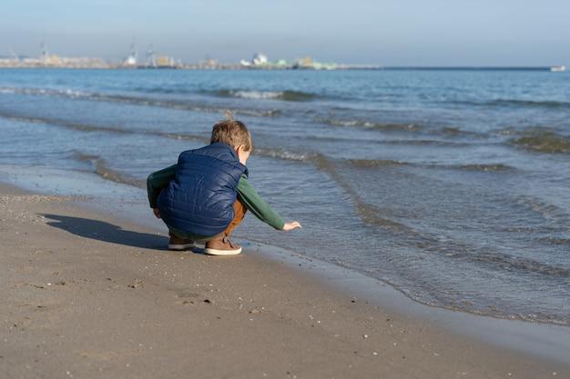 Bambino felice all'aperto sulla spiaggia