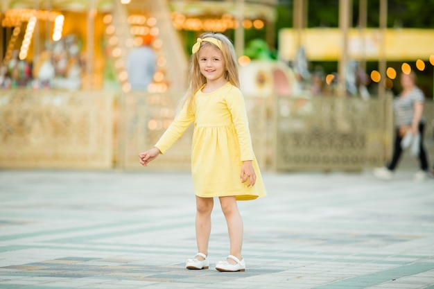 Bambino felice che cammina nel parco